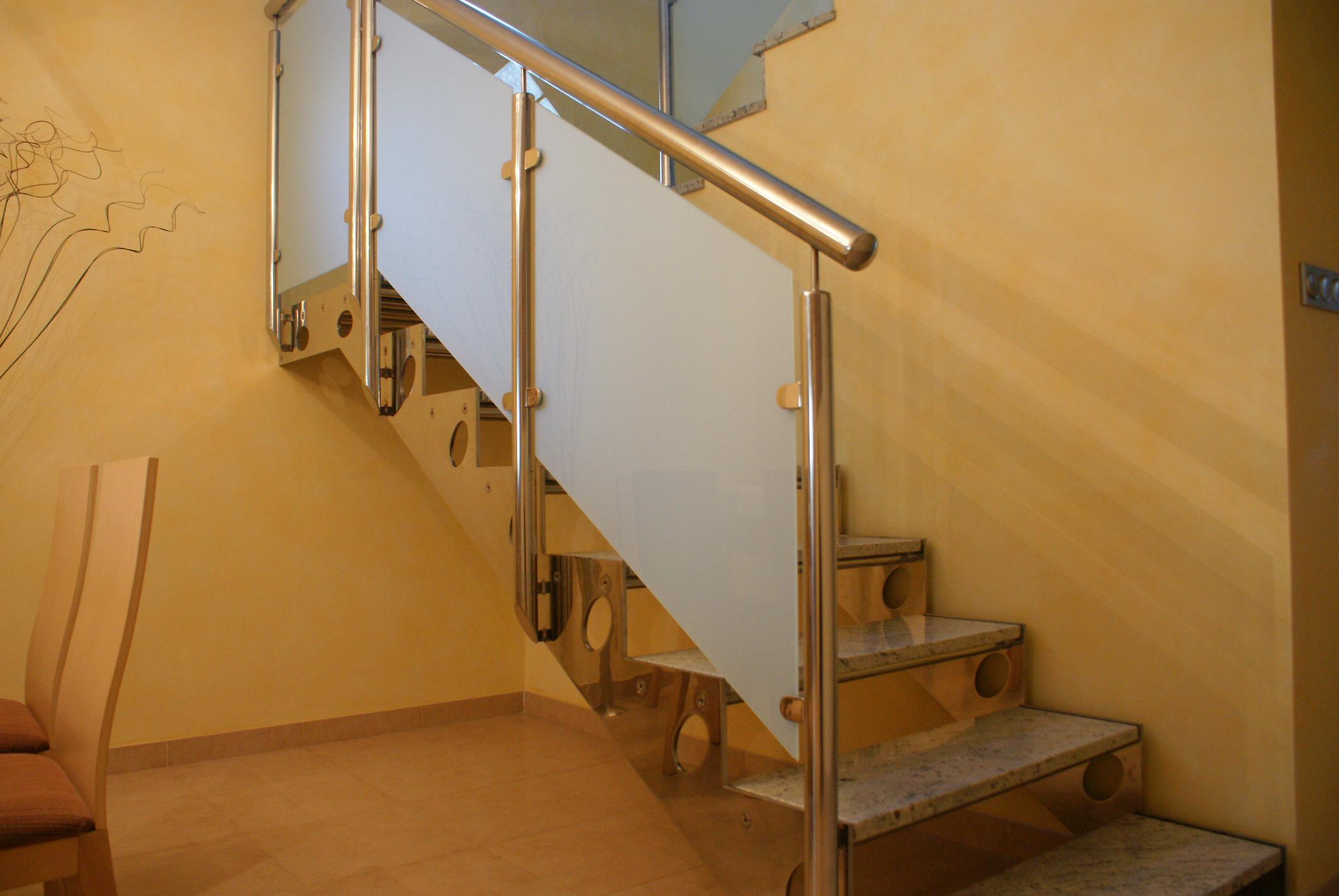Isntalaciones de escaleras y barandas de acero inox en - Puertas para escaleras ...