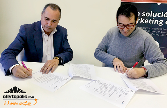Firmando el convenio con Prevae